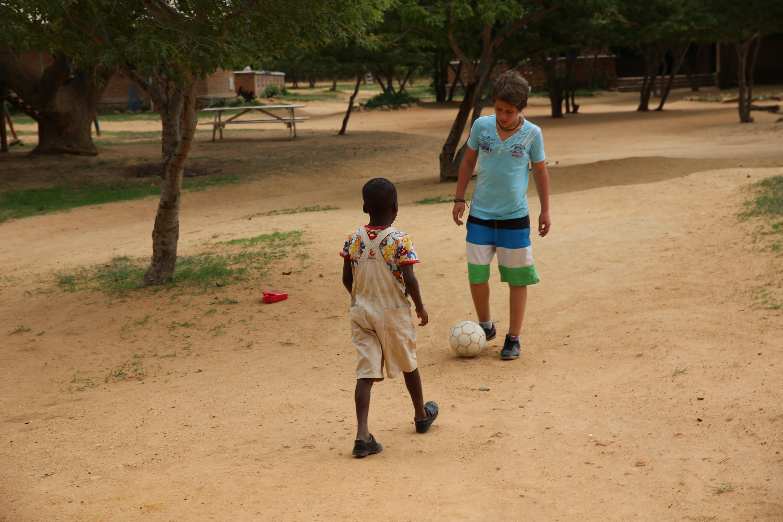 Till und Esau spielen Fußball